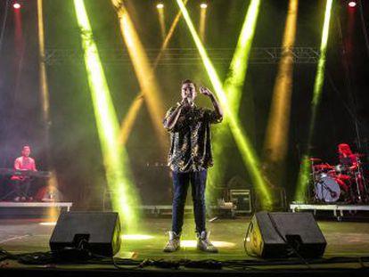 El cantante sevillano reconoce que echa de menos disfrutar de los conciertos desde el público