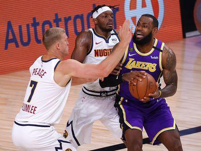 LeBron James, entre Plumlee y Grant en el partido entre los Lakers y los Nuggets en la madrugada de este domingo.