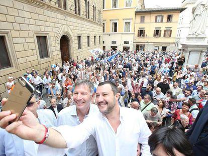 Matteo Salvini junto al candidato a la alcaldía de Siena, Luigi De Mossi.