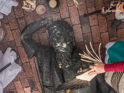 Indígenas colombianos hicieron funeral simbólico a la estatua de Gonzalo Jiménez de Quesada, derribada en Bogotá. Cortesía CAMILO ARA/ IDPC