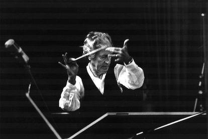 El compositor John Barry, fallecido el 30 de enero, dirigiendo una orquesta en un estudio de grabación.