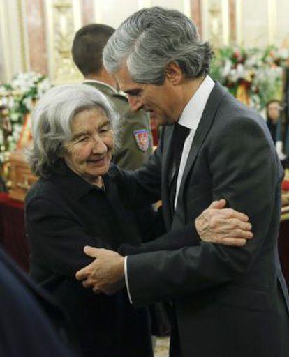 Adolfo Suárez Illana, saluda a Carmen Menéndez, viuda del histórico dirigente comunista Santiago Carrillo.