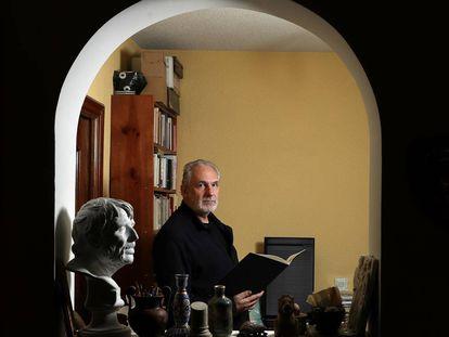 El compositor Jesús Rueda, en su casa de Madrid, este enero.