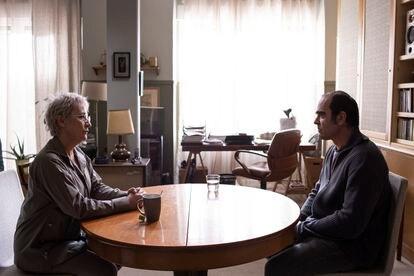 Los actores Blanca Portillo y Luis Tosar en un fotograma de la película 'Maixabel'.