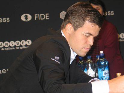 Un plano corto de la lesión de Carlsen (jugando al fútbol) en su ceja derecha