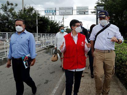 La ministra de Asuntos Exteriores de España, Arancha González Laya, conversa con el director de Migración Colombia, Juan Francisco Espinosa (a la derecha), mientras recorre el Puente Internacional Simón Bolívar, fronterizo con Venezuela, en Cúcuta (Colombia).