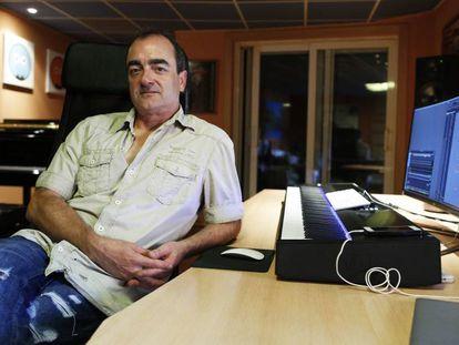 Víctor Reyes, en su estudio de Madrid, explica su trabajo en 'El infiltrado'.