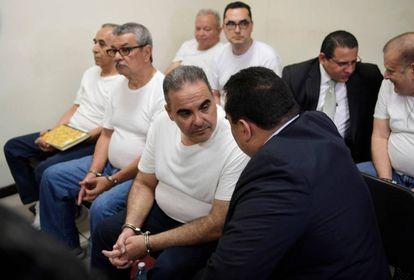 El expresidente Saca, este miércoles, mientras espera la lectura de la sentencia.