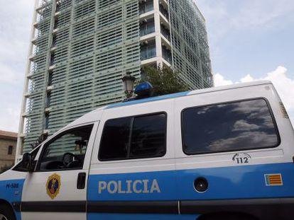 La policía controla los accesos a la Consejería de Gobernación, registrada por agentes de la UDEF.