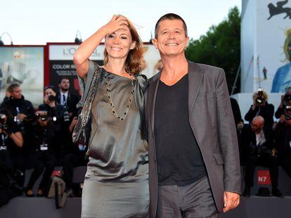 Hélène Devynck y Emmanuel Carrère, en el Festival de Venecia de 2015.