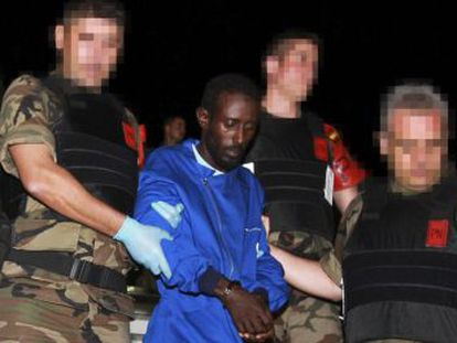 Llegada a la base aérea de Torrejón de Ardoz (Madrid), de los seis piratas somalíes.