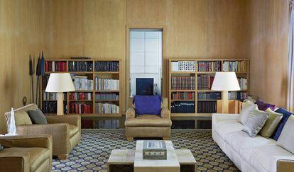 """Uno de los salones, el del primer piso, decorado en tonos marfil y cacao y con una gran alfombra de origen chino, comprada en los años ochenta. En la sala impera esa """"armoniosa combinación de colores y formas"""" tan importante para su dueño."""