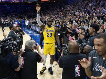 LeBron James agradece la ovación del público tras superar a Kobe Bryant.
