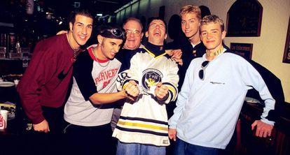 Lou Pearlman (tercero por la izquierda), con NSync, en Miami en 1996.
