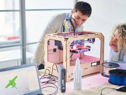 Jóvenes ingenieros prototipando un cohete con una impresora 3D.