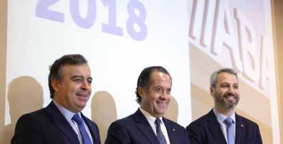 Escotet, en el centro, durante la presentación de resultados de este martes en Santiago.