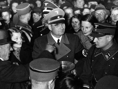 Rudolf Hess pasea entre el gentío, en Hermannplatz, Berlín.