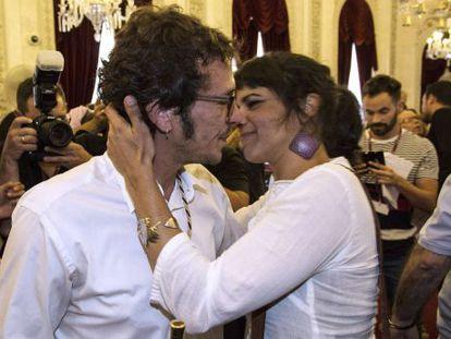 El  alcalde de Cádiz, José María González, 'Kichi', recibe la felicitación de su pareja, la secretaria general de Podemos Andalucía, Teresa Rodríguez, tras ser investido alcalde por primera vez en 2015.