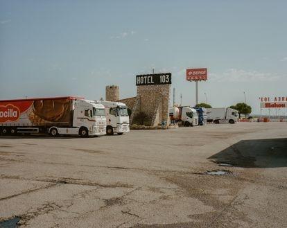 Área 103, en Guadalajara. Está en el kilómetro 103 de la antigua N-II. Tiene hotel, restaurante, taller, un vasto aparcamiento para camiones, casino y huerto ecológico. Todo empezó como una humilde venta a finales del XIX.