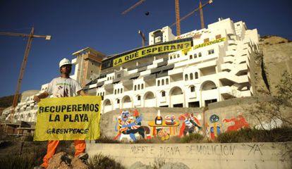 Activistas de Greenpeace en una campaña contra el polémico hotel.