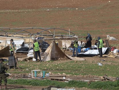 Desalojo de familias palestinas por el Ejército israelí, el miércoles en Humsa al Baqaia (Cisjordania).