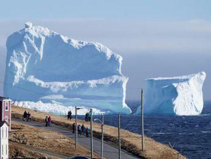 El bloque de hielo sobresale 50 metros del mar se encuentra cerca de la costa este del país