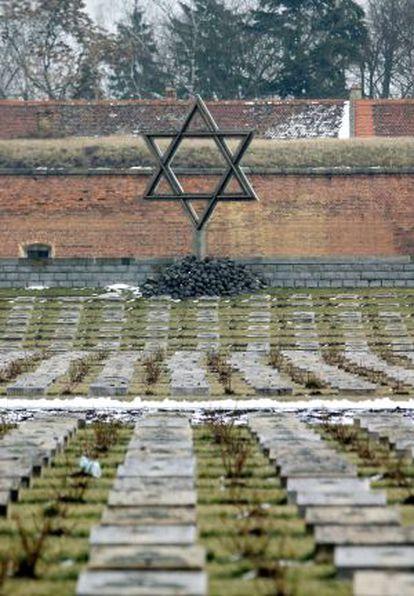 En Tezerín se levanta un monumento que recuerda a las víctimas anónimas del nazismo.