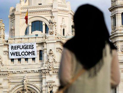 Madrid coloca una gran pancarta en la fachada del Ayuntamiento en la que da la bienvenida a los refugiados.