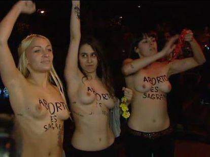 Las activistas de FEMEN tras quedar libres.