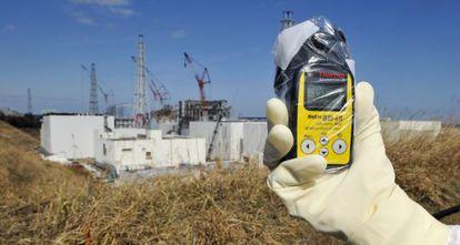 Medición de radiación en las inmediaciones de la central nuclear de Fukushima.