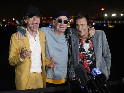 De izquierda a derecha: Mick Jagger, Keith Richards y Ron Wood de The Rolling Stones en Hollywood Burbank Airport de Burbank, California, Estados Unidos, el pasado lunes 11 de octubre.