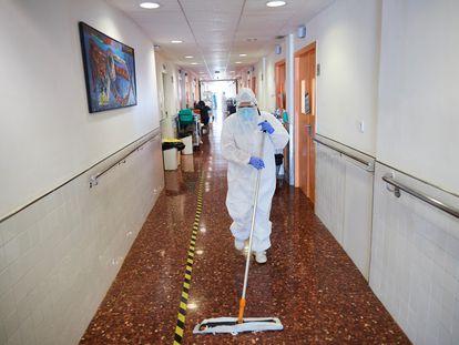 Una operadora de limpieza realiza su trabajo en la planta 9 del Hospital del Mar de Barcelona.