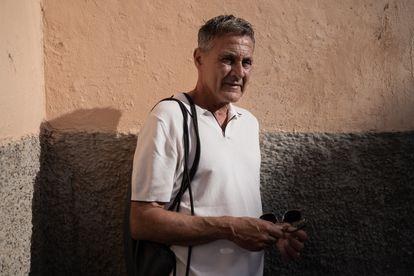 """José Oña posa en la calle de la Acera del Negrete. """"Los melillenses no suelen ir a barrios como este, populosos y con personas y elementos desconocidos. Al principio crees que te metes en la boca del lobo. Pero es puro desconocimiento"""", afirma."""