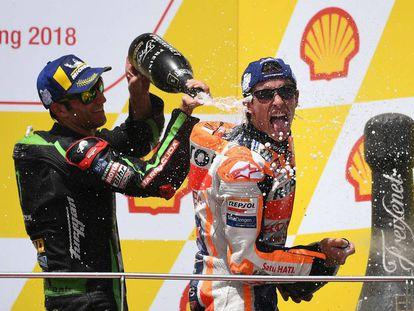 Marc Márquez, en el podio junto a Johan Zarco.