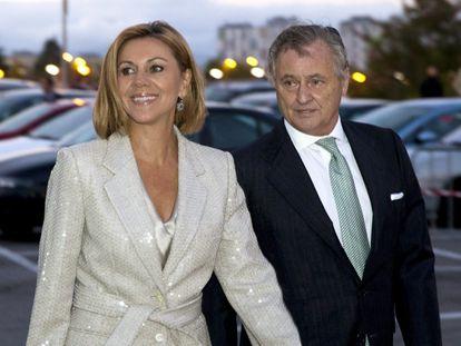 Maria Dolores de Cospedal y su esposo, Ignacio López del Hierro, en Vitoria en 2015.