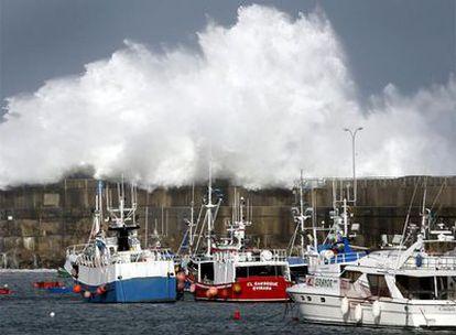 OLAS CONTRA ASTURIAS. Olas gigantescas rebasaron el dique del puerto de Cudillero (Asturias).