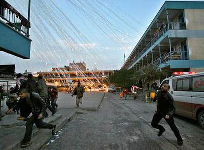 Palestinos buscan refugio durante un ataque israelí a un colegio de la ONU en Beit Lahia (Gaza) en enero.