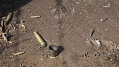 Casquillos de bala encontrados en el lugar del choque.