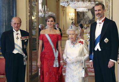 El duque de Edimburgo (izquierda), junto a la reina Isabel II y los reyes de España, Felipe VI y Letizia, en una cena en Londres el 12 de julio de 2017.