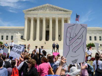 Activistas a favor del aborto se manifiestan fuera del Tribunal Supremo, Washington.