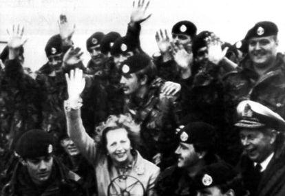 La primera ministra británica, Margaret Thatcher, durante su visita sorpresa a las tropas inglesas en las islas Malvinas el año 1983.