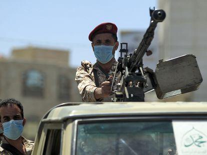 Soldados leales a los Huthi manejan una ametralladora en un pick-up, el lunes en Saná.