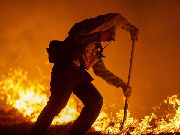 Bombeiros de Los Angeles combatem as chamas na Floresta Nacional, localizada no município. Os incêndios na Califórnia já devastaram 2.3 milões de hectares, e devem durar até dezembro.