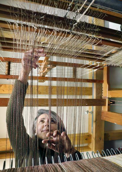 Tejer es un arte centenario y minucioso al que Inés Rodríguez dedica siete horas al día.