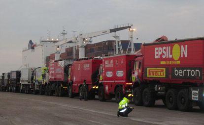 Un camión de Epsilon similar al utilizado en la operación espera a embarcar con destino a Argentina en 2011.