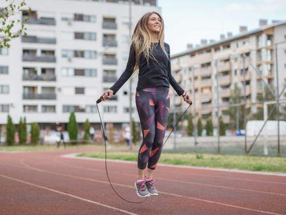 Al aire libre o en casa, saltar a la comba es un ejercicio que se puede realizar en cualquier lugar.