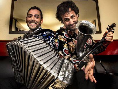 Arribas (izquierda) y Galaz, en el Café Central de Madrid, antes de un concierto a mediados del pasado mes de febrero.
