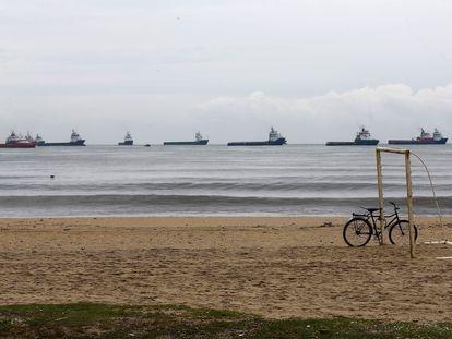 Varios petroleros navegan en aguas de Macaé (Río de Janeiro, Brasil), donde Petrobras tiene una de sus mayores plantas en alta mar.