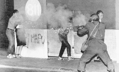 Policías antidisturbios disparan gases lacrimógenos contra manifestantes opositores a la dictadura de Pinochet, el 18 de noviembre de 1983.