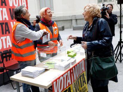 Manuela Carmena vota en el Ayuntamiento de Madrid, este lunes.